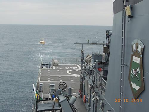 """Embarcação """"Cannibal I"""" sendo rebocada pelo Navio-Patrulha Oceânico """"APA"""""""