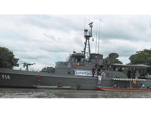 Embarcações sendo inspecionadas