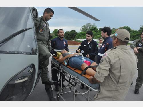 Mulher é resgatada por helicóptero da Marinha do Brasil