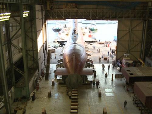"""Submarino """"Tamoio"""" é transportado para o interior da Oficina de Construção de Submarinos para passar pelo Período de Manutenção Geral"""