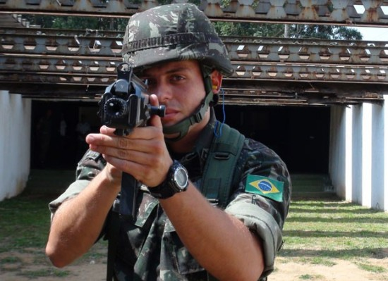 Tenente empunha novo fuzil do Exército