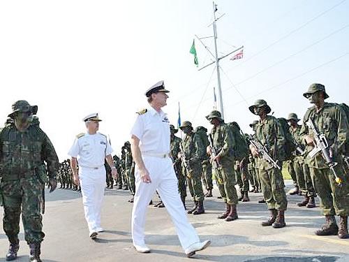 Almirante Zambellas passa em revista a Tropa de Fuzileiros Navais do BtlOpRib