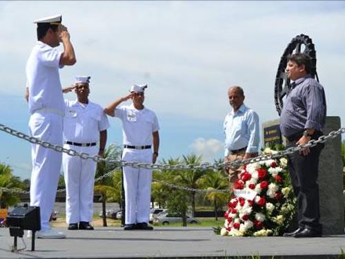 Cerimônia diante do Monumento da Operação Graviola