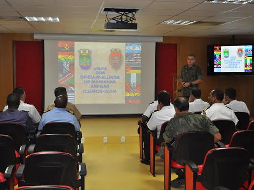 Comitiva assiste palestra no Comando da Divisão Anfíbia