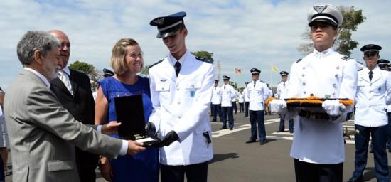 Ministro da Defesa, Celso Amorim, condecora aspirante destaque da turma Cerberus