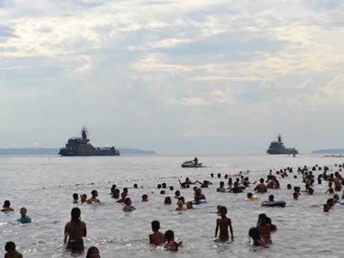 Navios da Flotilha do Amazonas durante o Desfile Naval, na Praia da Ponta Negra, em Manaus