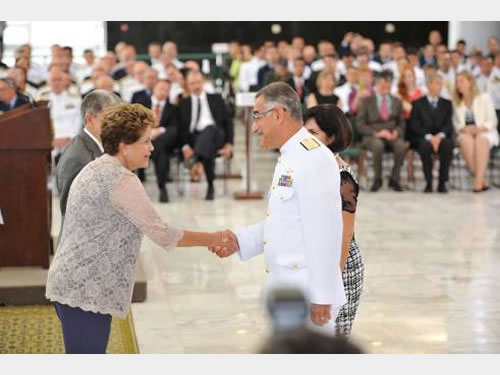 Presidenta Dilma Roussef cumprimenta militares promovidos
