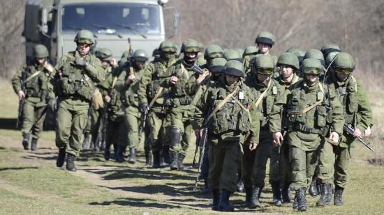 3mar2014-soldados-russos-bloqueiam-area-de-perevalne-perto-de-simferopol-na-regiao-autonoma-da-crimeia-ucrania-1393889777248_1920x1080