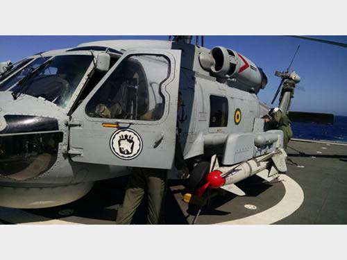 Aeronave MH-16 armada com o míssil Penguin