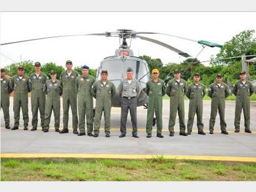 Comandante do 6º Distrito Naval e os Aviadores da Marinha do Brasil, do Exército Brasileiro e da Força Aérea Brasileira que participaram do Encontro