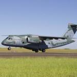 Jato de transporte militar KC-390 sobrevoa a cidade de São José dos campos (vídeo)