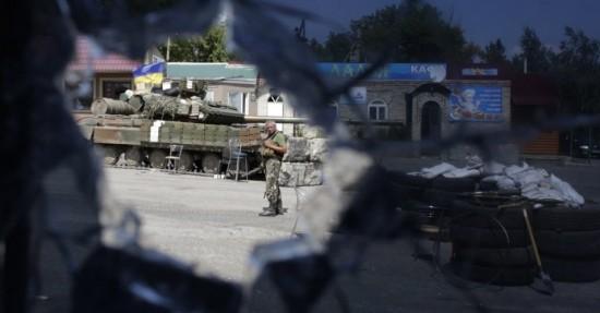 soldado-ucraniano-fica-de-guarda-no-posto-de-controle-perto-da-cidade-de-debaltsevo-na-regiao-de-donetsk-1407016963537_956x500