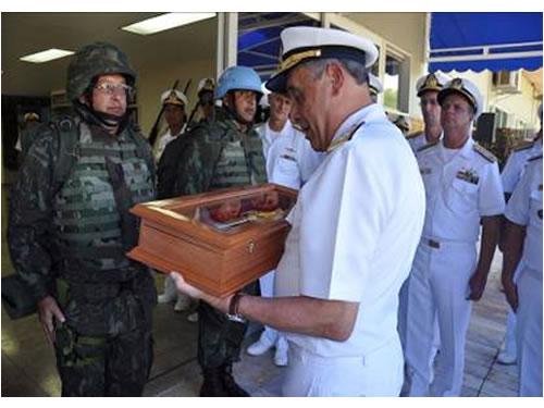 Comandante da Marinha recebe réplica do Fuzil M-16 A2