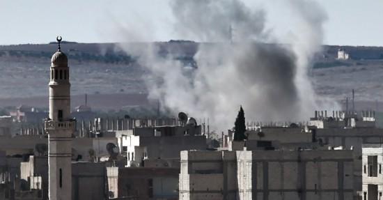 Fumaca-sobe-da-cidade-siria-de-ain-al-arab-conhecido-como-kobane-pelos-curdos-vista-a-partir-da-fronteira-turco-siria-na-cidade-turca-de-suruc-neste-domingo-