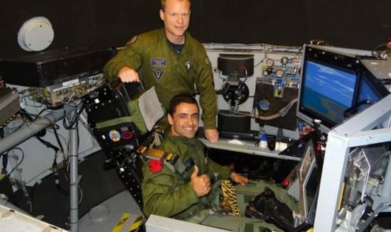 O piloto Ramon Santos Fórneas durante teste em simulador de voo.