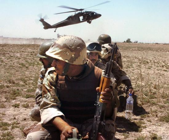 Iraqi_soldiers_and_Blackhawk