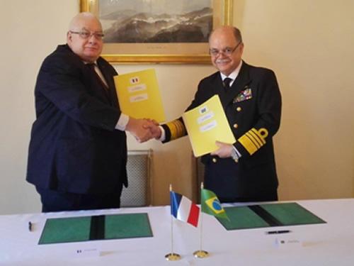 Representante do Ministro da Defesa da França e Almirante-de-Esquadra Luiz Guilherme Sá de Gusmão firmam documento, em Paris
