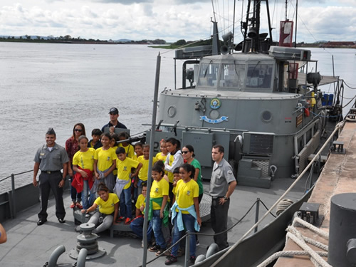 Crianças conhecendo um navio da Marinha do Brasil