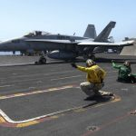 F-18 americano cai no Golfo Pérsico e tripulação é resgatada