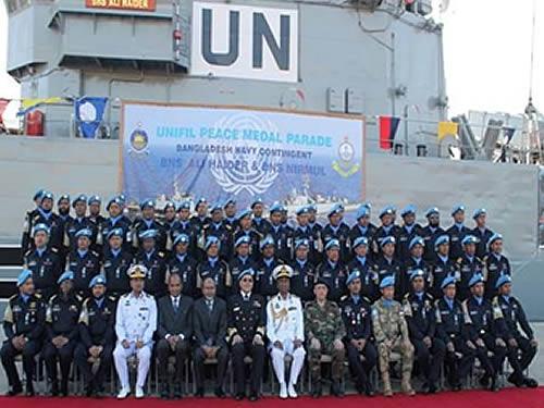 Militares condecorados com Comandante da FTM UNIFIL