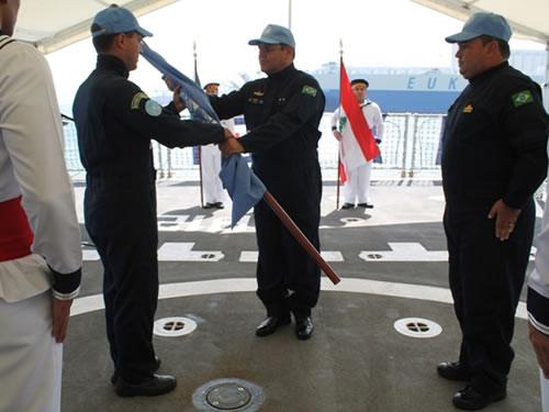 """Comandante da FTM-UNIFIL transferindo o Pavilhão da ONU ao Comandante da Fragata """"União"""""""
