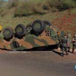 VBTP-MR Guarani do EB capota após bater em barranco