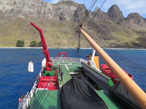 NApOc ''Ary Rongel'' realizando apoio logístico à Ilha da Trindade