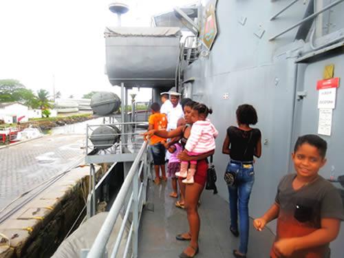 Público visitando o navio