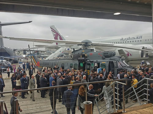 Presidente da França e a futura aeronave da Marinha do Brasil no Paris Air Show