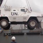 Desembarque de material repatriado do Haiti em navio da Marinha do Brasil