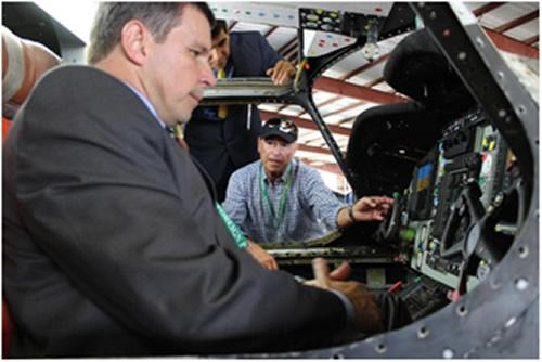 Diretor de Aeronáutica da Marinha conhece a maquete do cockpit