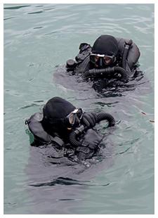 Militares com equipamentos de mergulho