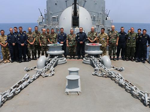 Integrantes da Marinha Libanesa e Estado-Maior da Força-Tarefa Marítima da UNIFIL