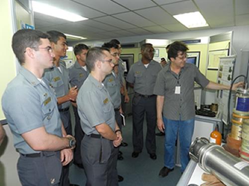 Aspirantes durante apresentação no Grupo de Sistemas Acústicos Submarinos