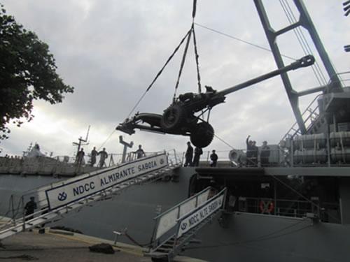 Embarque do obuseiro 105mm Light Gun
