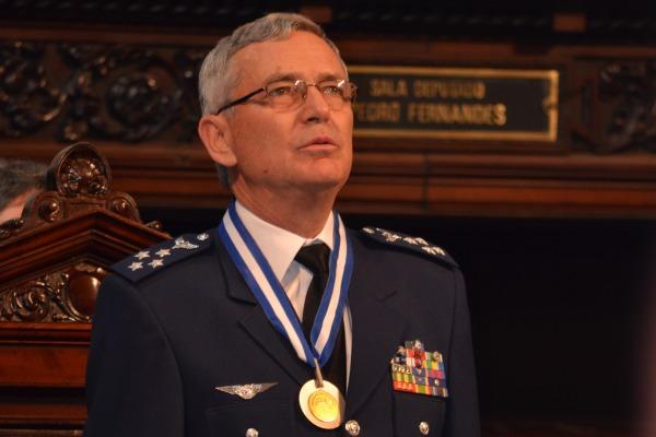 Tenente-Brigadadeiro Rossato recebe Medalha Tiradentes