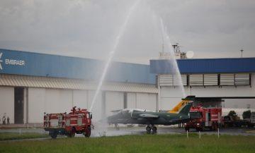 Tradicional batismo da aeronave após primeiro voo de sucesso em Gavião Peixoto SP 2012